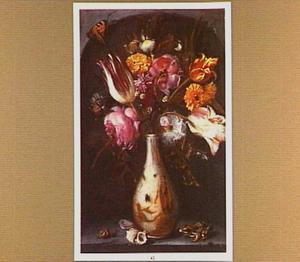 Porseleinen vaas met rozen, tulpen en andere bloemen met een kikker, schelpen en een slak in een nis