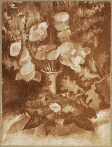 Stilleven met zijden bloemen en een schaal met bladeren en bloemen