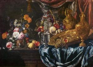 Stilleven met een boeket bloemen, vruchten en siervaatwerk