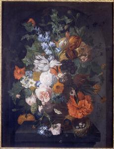 Boeket van bloemen op een stenen plint met rechts een vogelnestje
