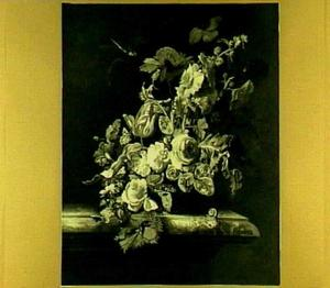 Bloemstilleven in een glazen vaas met vergulde voet, insecten en een slak, op een marmeren tafel