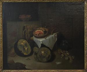 Vaatwerk rondom een met een wit servet gedekte tafel met een ham
