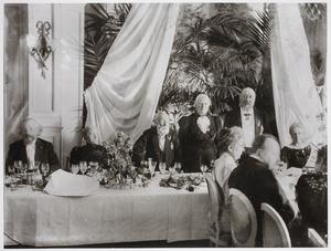 De kunstenaars Pieter Ter Meulen, Jozef Israëls, Sientje Mesdag-van Houten en Hendrik Willem Mesdag tijdens het gouden huwelijksfeest van het echtpaar Mesdag op Pulchri Studio
