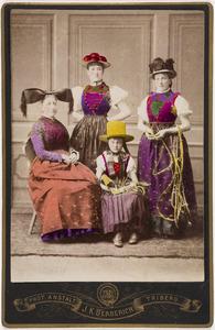 Portret van Sophie Alexandrine van der Staal (1849-1891), Marie Alexandrine Otheline Caroline gravin van Bylandt (1874-1968) en twee vrouwen