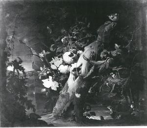 Boomstam met bloemen, planten, vogels en andere kleine dieren