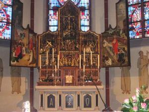 De aanbidding van het Christuskind (binnenzijde linkerluik); De annunciatie, de visitatie, de Boom van Jesse, de besnijdenis, de presentatie in de tempel, de kruisdraging, de kruisiging, de bewening (middendeel); De verrijzenis (binnenzijde rechterluik)