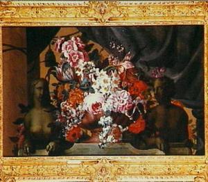 Bloemen in een vaas tussen twee sfinx-achtige beelden