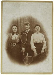 Portret van twee onbekende vrouwen en een man