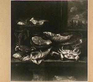 Visstilleven met krab en kabeljauw op tafel met manden en weegschaal; door het venster (rechts) uitzicht op visverkopers op het strand