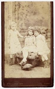 Portret van Jacoba, Carolina en Johanna Reeser