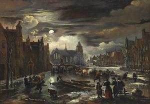 Winters stadsgezicht met schaatsers en arresleden op een bevroren gracht bij maanlicht, met een brug en kerk in de achtergrond