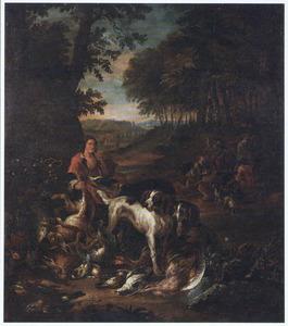 Rustende jager met drie honden bij jachtbuit; rechts in de achtergrond verschillende jagers en honden