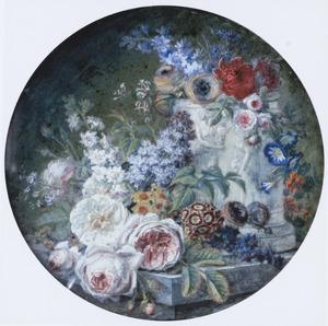 Bloemen in en naast een albasten vaas met relief op een marmeren plint