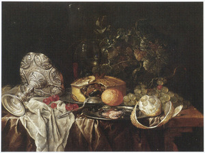Stilleven met omliggende zilveren tazza, schotels met gebak en garnalen, een roemer, vruchten en  wijnranken op een deels met een kleed bedekte houten tafel