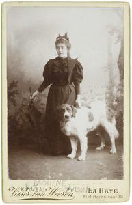 Portret van mw. Gijsberta Paulina Bachiene (1869- ) en hond