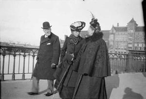 Marie Breitner Jordan met Johann Breitner en Maria van Hemert voor het Centraal Station te Amsterdam