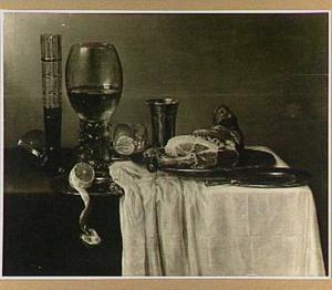 Stilleven met roemer, gebraden ham, brood, citroen en vaatwerk op een donker kleed met wit servet
