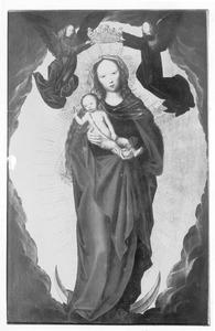 Maria met kind op de maansikkel, door twee engelen gekroond