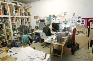 Job Koelewijn werkend in zijn atelier