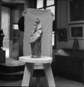 Het atelier van Antoine Bourdelle met een brons van een vrouw met kind ten voeten uit