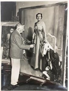 Piet van der Hem werkend aan het portret van Koningin Juliana