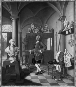 Portret van hofbeeldhouwer Roman Anton Boos (1730-1810) in zijn atelier naast een buste van keurvorst Maximilian III
