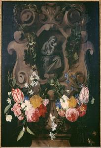Klimop en bloemenguirlandes rondom een gebeeldhouwde Madonna met Kind in een relief