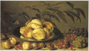 Stilleven met perziken op een tinnen schotel, mispels, aalbessen en druiven op een houten tafelblad