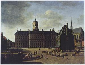 Gezicht op de Dam te Amsterdam in de richting van het Stadhuis, de Waag en de Nieuwe Kerk