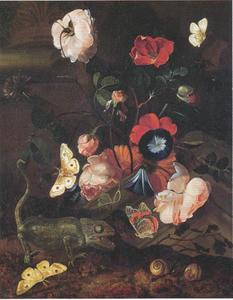 Stilleven van bloemen te midden van architecturale fragmenten met een kameleon, vlinders en slakken