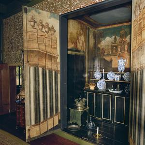 Buffetkast met trompe l'oeil beschilderde deuren