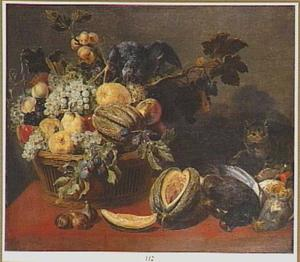 Papegaai op een mand met vruchten, rechts een kat bij gevogelte