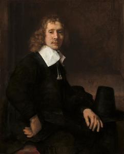 Portret van een jonge man zittend aan tafel