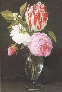 Rozen, tulpen en oranjeappelbloesem in een glazen vaas op een tafel