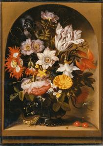 Bloemen in een glazen vaas met een hagedis, kersen en insecten, in een nis