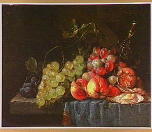 Stilleven met vruchten, een wijnglas a la façon de Venise en oesters op een stenen blad