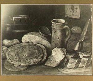 Stilleven met aardewerk, haring en pannekoeken; aan de muur een prent van een uil