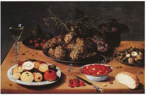 Stilleven van vruchten en noten met links een wijnglas a la façon de Venise