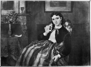 Vrouw zittend in een interieur een foto van zichzelf ophoudend