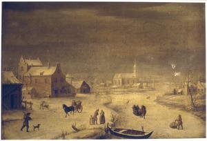 Winterlandschap met bevroren rivier langs een dorp