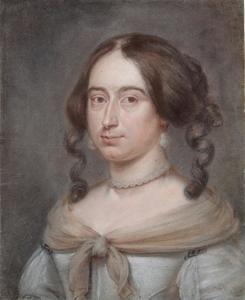 Portret van een jonge vrouw met parelketting