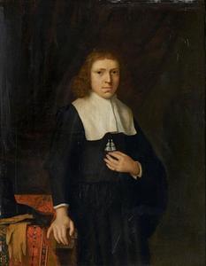 Portret van een jongeman staande naast een tafel