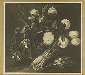 Stilleven van boeket tulpen, rozen en sneeuwballen en twee bossen asperges
