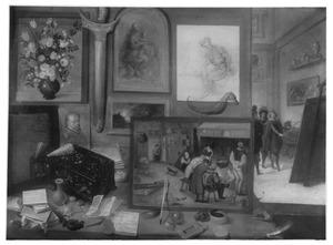 Interieur van een kunstverzameling met schilderijen, beelden en schelpen