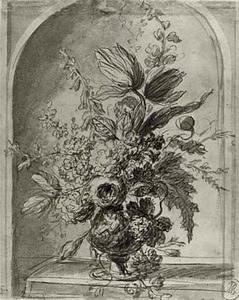 Vaas met bloemen op een tafel in een nis