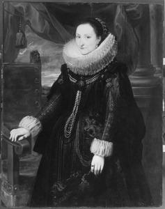 Portret van een vrouw met een grote plooikraag, staande naast een stoel