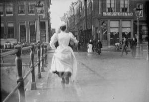 Passante op de Herengracht te Amsterdam