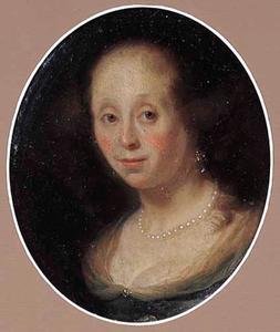 Portret van een jonge vrouw met een parelketting
