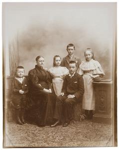 Portret van Adèle Antoinetta barones Collot d'Escury (1853-1916) en haar kinderen