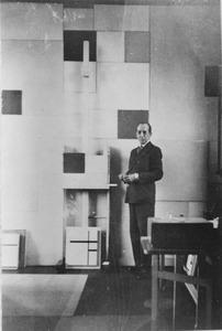 Piet Mondriaan in zijn atelier met op achtergrond Composition en Blanc et noir I/Composition No.II, 1930 (B223)